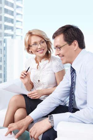casal: Executivos de sorriso no escritório