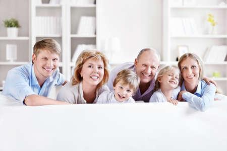 abuelos: Feliz familia con hijos en el hogar