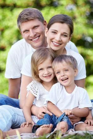 Une famille heureuse avec les enfants dans le parc
