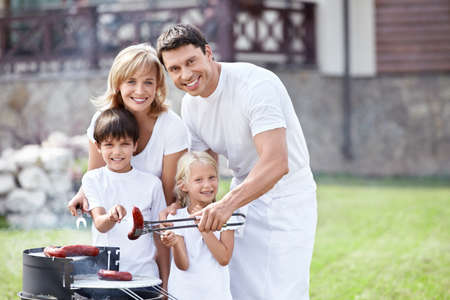 fiesta familiar: Familias con ni�os en barbacoa