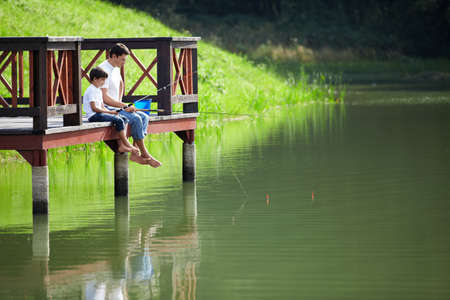 hombre pescando: Padre e hijo de pesca