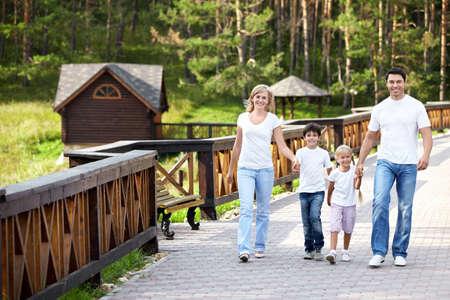 niños caminando: Familia feliz con niños caminando