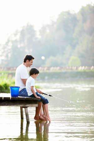 папа: Отец и сын рыбалка на озере