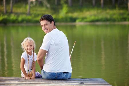 hombre pescando: Padre e hija se pesca en el lago