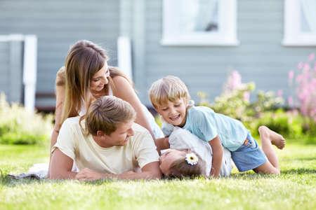 famiglia in giardino: Bambini che giocano con i genitori in giardino Archivio Fotografico