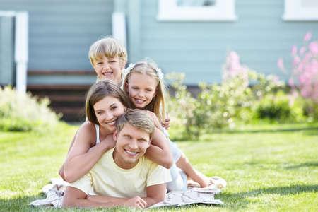 familia en jardin: Familia de joven feliz al aire libre Foto de archivo