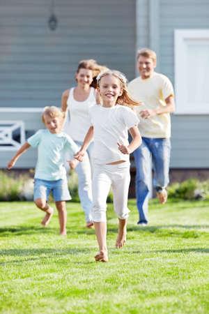 Déplacement des enfants de parents sur la pelouse