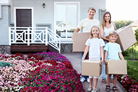 Famille avec des boîtes à la maison