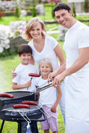 fiesta familiar: Familias con ni�os en una barbacoa