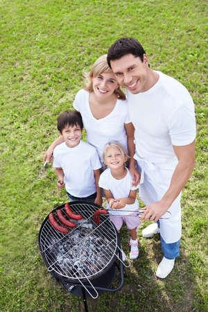 barbecue: Les familles heureuses sur un barbecue Banque d'images