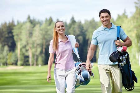Coppia sorridente sul campo da golf Archivio Fotografico
