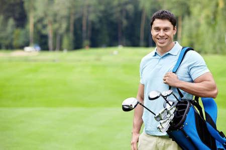 golfing: Een jonge man op de golfbaan