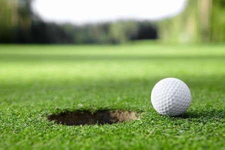 pelota de golf: Bola en el agujero Foto de archivo