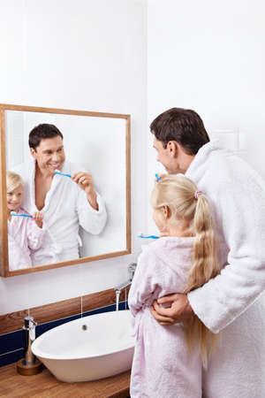 Padre e figlia di lavarsi i denti in bagno