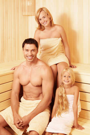 Familia feliz en la sauna photo
