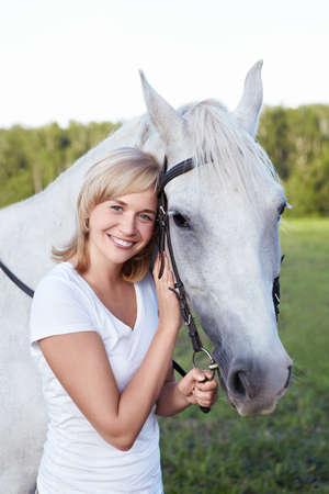 femme et cheval: Une jeune femme attirante avec un cheval Banque d'images