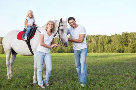 femme a cheval: Famille avec un enfant sur un cheval Banque d'images