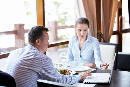 n�gocier: Une femme et un homme avec un ordinateur portable Banque d'images
