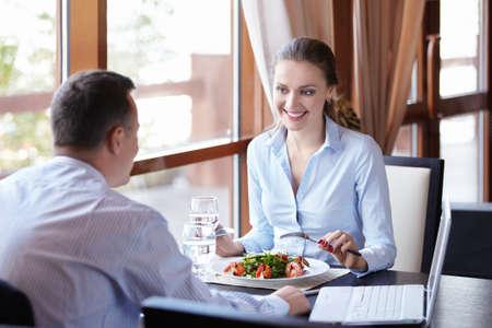 negocios comida: Una mujer y un hombre en un almuerzo de negocios en un restaurante