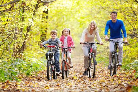 秋の公園でバイクに家族