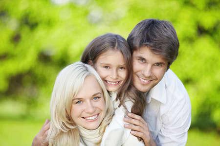 papa y mama: Familia con su hija al aire libre