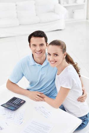 Una pareja joven y atractiva en su casa Foto de archivo - 12928800