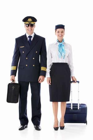 piloto: El asistente de vuelo del piloto y con una maleta en un fondo blanco
