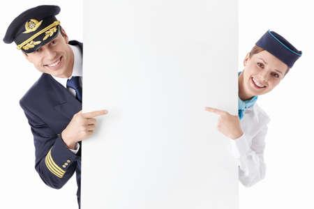 El asistente de vuelo del piloto y con un cartel