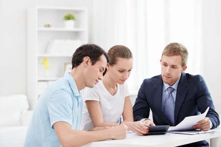 Consultor con una pareja en el hogar Foto de archivo - 13130267