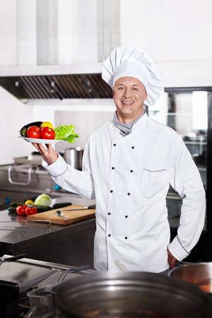 Cocinero maduro en la cocina Foto de archivo - 13133678