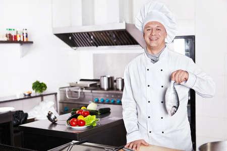 Cocinero maduro en la cocina Foto de archivo - 13133674