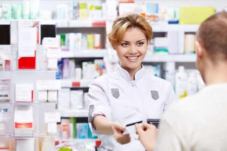 farmacia: Il farmacista vende le medicine in una farmacia Archivio Fotografico