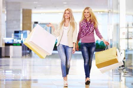chicas de compras: Hermosa chica con bolsas de la compra en la tienda