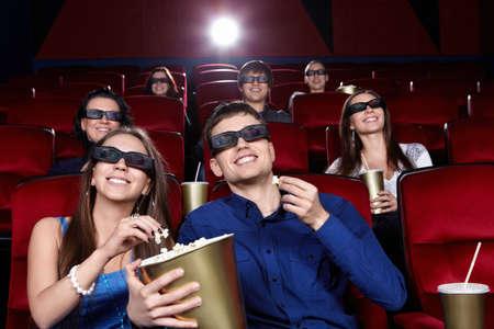 Uśmiechnięci ludzie w kinie
