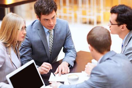 business man laptop: Los hombres de negocios discutiendo en la oficina