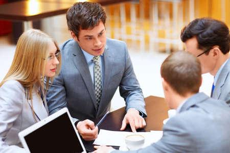 business man laptop: Los hombres de negocios con ordenador port�til en una reuni�n Foto de archivo