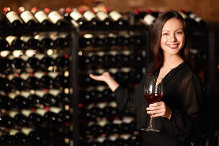 cave: Sommelier propose des d�gustations de vin Banque d'images