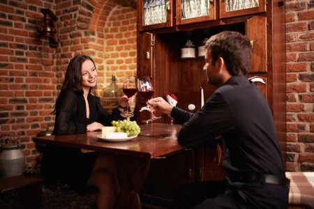 casal: Casal atraente em um restaurante Imagens