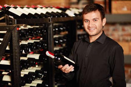 Lächelnd Mann im Weinkeller Standard-Bild