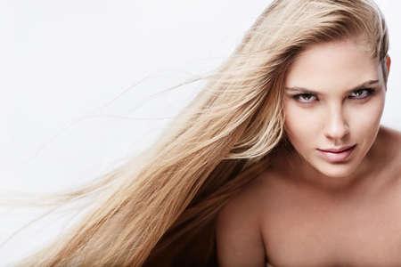 ragazze bionde: Bella ragazza con i capelli lucidi di volo