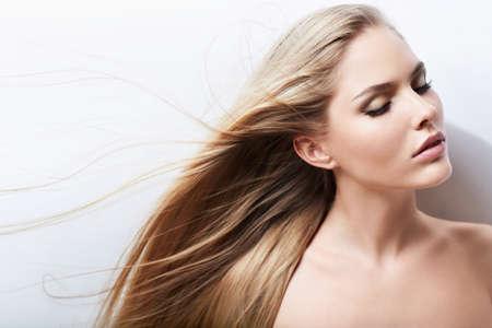 cabello rubio: Chica joven con el pelo largo Foto de archivo
