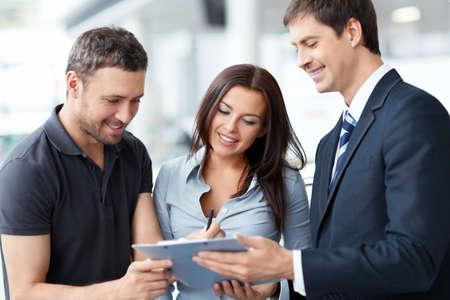 servicio al cliente: Vendedor y comprador en la sala de exposici�n