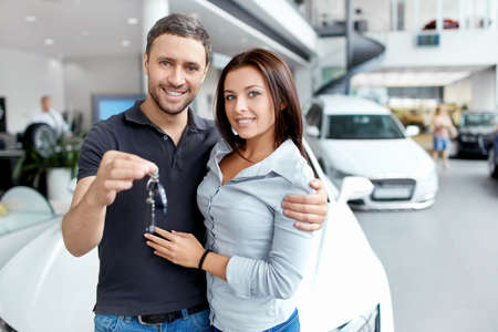 selling service smile: Young couple beside the car