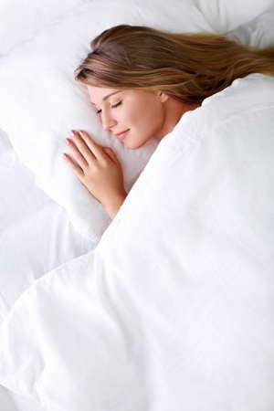 gente durmiendo: Dormir chica joven en la cama