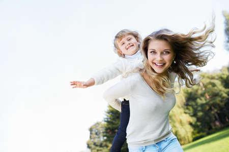 가족: 엄마와 야외에서 딸 스톡 콘텐츠