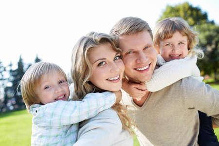 家庭: 幸福的家庭有孩子在戶外