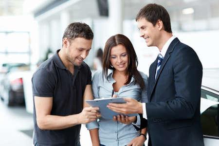 servicio al cliente: Joven pareja compra un coche