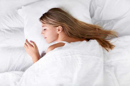 Slapen meisje in bed Stockfoto