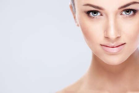 mujeres jovenes desnudas: Hermosa chica sobre un fondo blanco