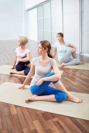 pilate: Les jeunes filles attrayantes doing stretching